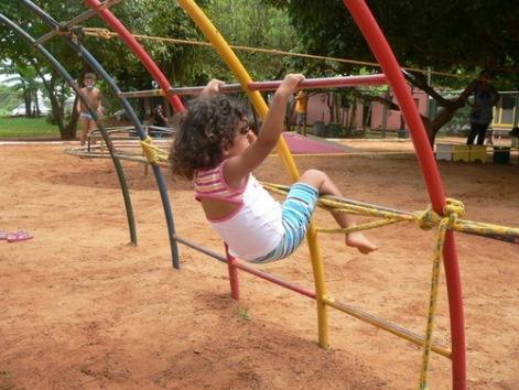 A Vivendo e Aprendendo é uma escola onde as crianças brincam e os pais aprendem.