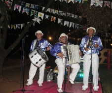 Trio Nordestino tocando na Festa Junina